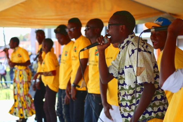 Toussaint, 17 ans, chante pour la paix et l'éducation à Goma