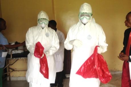 Les agents sanitaires sont les 'héros' de la lutte contre Ebola