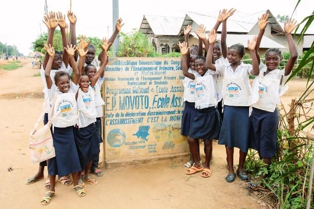 Deux sœurs apportent leur soutien afin de faire de leur école un lieu assaini en RDC