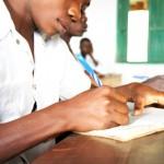 Un ancien enfant soldat dirige son propre commerce afin de payer sa scolarité à Makobola