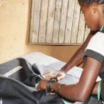 Une jeune fille anciennement associée aux groupes armés renaît grâce à la couture