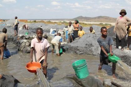 Jeanne et David, enfants travailleurs dans les mines de Kipushi