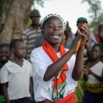 Les enfants pygmées et bantous font la paix à l'école