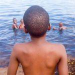 Lac Albert : à la rencontre de Bahati, enfant pêcheur