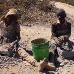 George, un enfant casseur de pierres à l'avenir brisé dans le Haut-Katanga