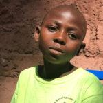 Tanganyika : après avoir été blessé et déplacé, Freddy retourne à l'école