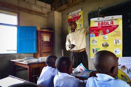 Un enseignant impliqué pour le lavage des mains à Beni