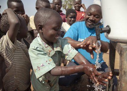Le lavage des mains au savon ou à la cendre, un moyen efficace et abordable pour prévenir des maladies et améliorer la santé des enfants