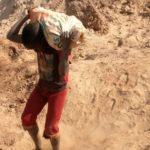 Jonathan, 14 ans, travaille dans les carrières pour survivre