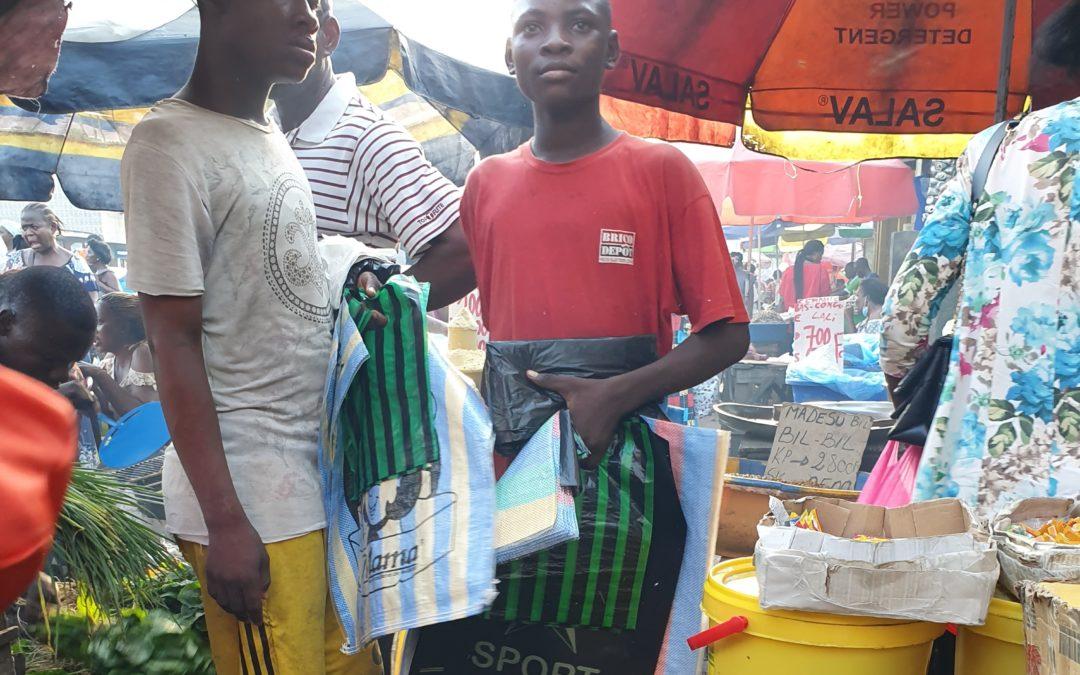 Serge a 16 ans, il vend des emballages en plastique au marché au lieu d'être à l'école