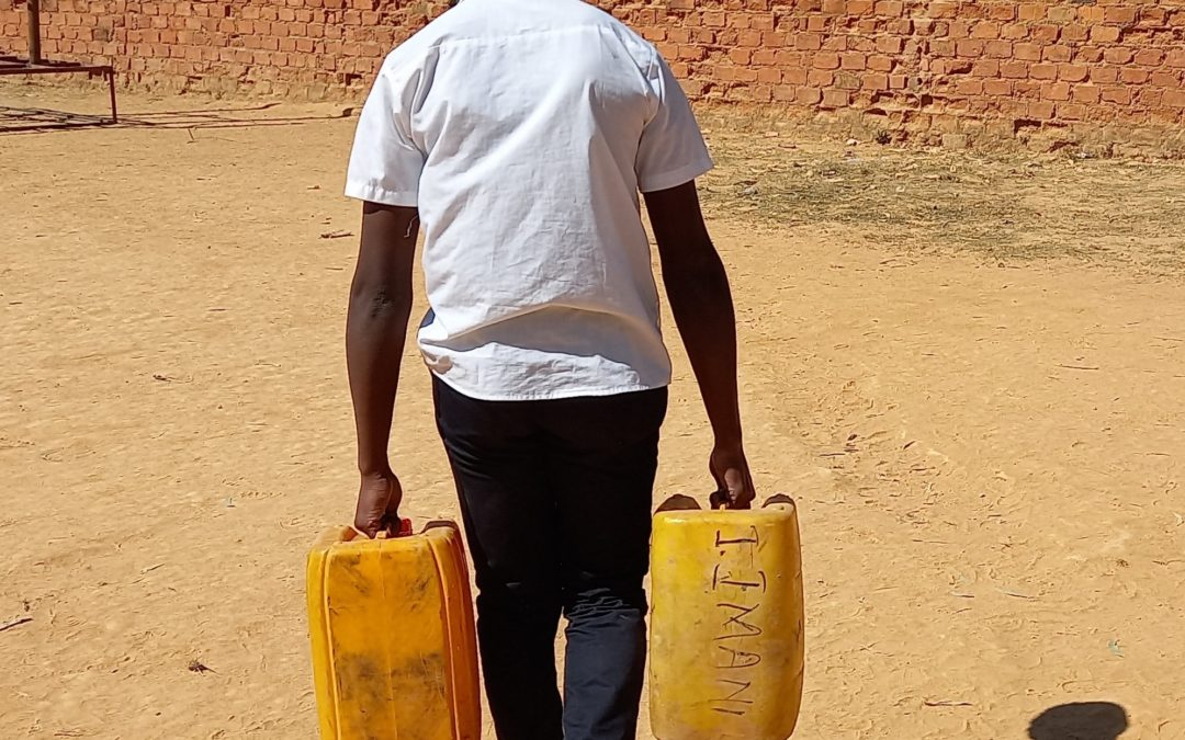À Mbuji-Mayi, les enfants portent des lourds bidons pour s'approvisionner en eau