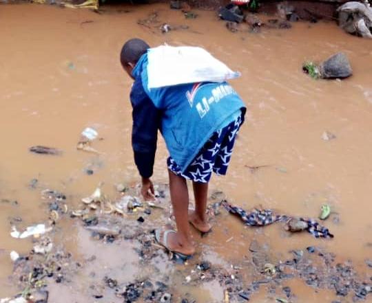 Bukavu : au lieu d'être à l'école, des enfants vendent de la ferraille à Bagira