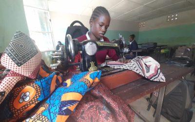 Rebecca à Kipishi apprend la coupe couture