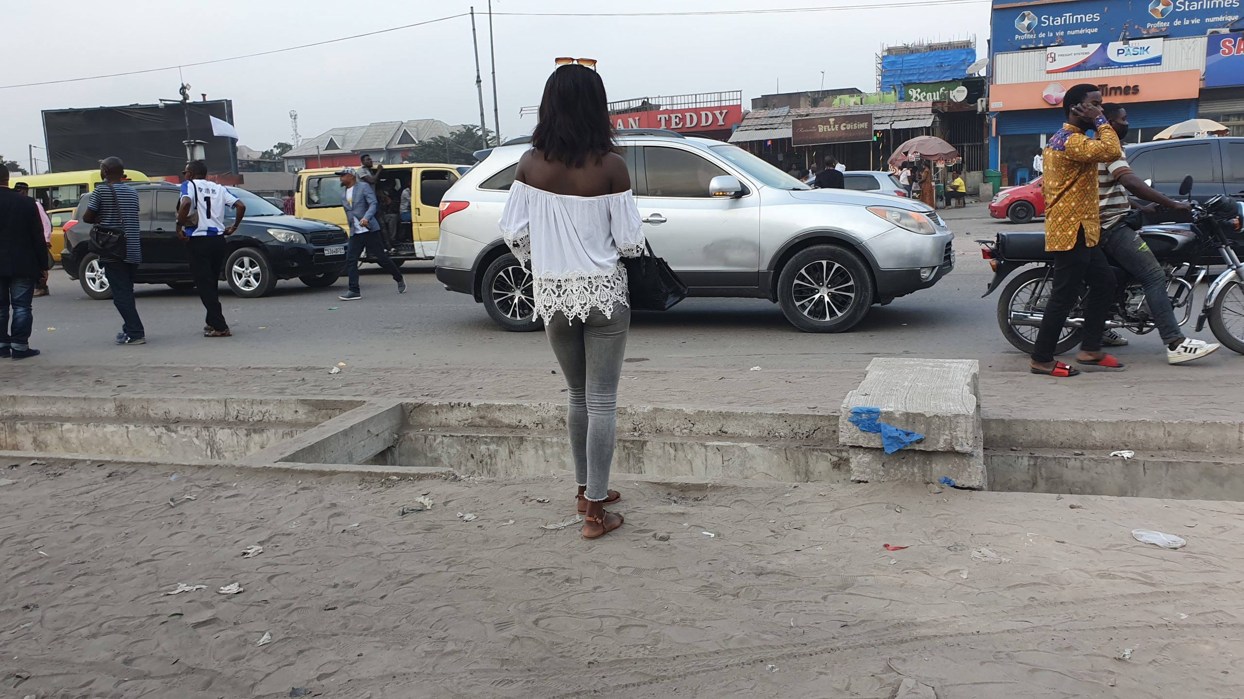 Une jeune fille dans les rues de Kinshasa, 2021 @ponabana