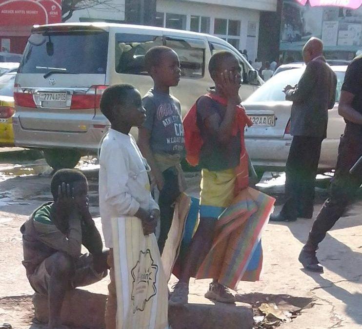 J'ai discuté avec quelques enfants vendeurs «des cache-nez» dans les rues de Lubumbashi