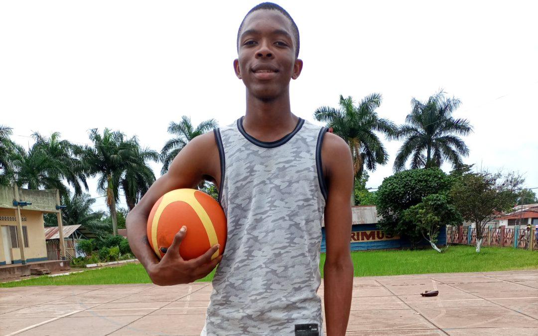 À Mbandaka, un jeune basketteur congolais caresse le rêve de jouer à la NBA