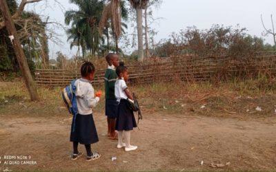 Les élèves sur la route de l'école