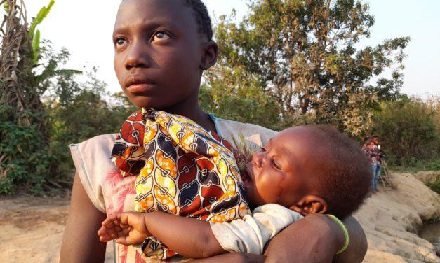 Une mère laisse son bébé toute la journée pour aller au champ, j'en suis choqué